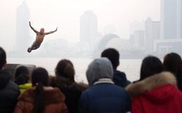 24h qua ảnh: Nhảy xuống sông băng để mừng năm mới