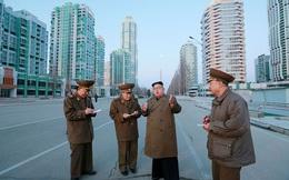 24h qua ảnh: Sĩ quan Triều Tiên mải mê ghi từng lời của ông Kim Jong Un trên phố vắng tanh
