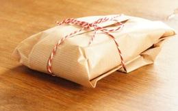 Gói đồ bí ẩn rơi từ trần xuống đất, mở ra xem, chủ nhà ngỡ ngàng khi thấy thứ ở bên trong!