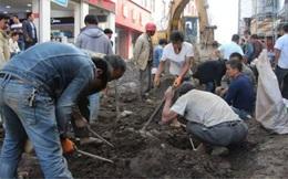 Bất chấp đoạn đường đang được tu sửa, người dân vẫn đổ xô ra đào cuốc vì lý do bất ngờ