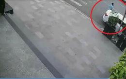 Đỗ xe dưới lề đường vào cây ATM rút tiền, người phụ nữ bị trộm lấy mất ô tô