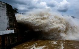 24h qua ảnh: Cảnh thủy điện Hòa Bình xả lũ cuồn cuộn như sóng thần