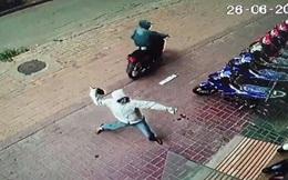 Xem lại camera an ninh sau khi nhà cháy, phát hiện người đi xe máy ném can trước cửa