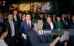 Thủ tướng Shinzo Abe dạo phố cổ Hội An cùng Thủ tướng Nguyễn Xuân Phúc