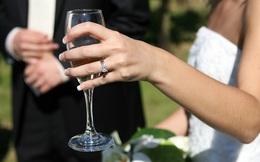 """Kết hôn 6 năm, chồng mới biết """"vợ giả"""" hơn mình 14 tuổi!"""