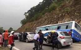 Hà Nội: Ô tô mất lái lao vào vách núi, 1 người chết, nhiều người bị thương