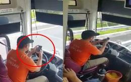 Tài xế xe khách vô tư lướt điện thoại khi đang chạy trên đường cao tốc