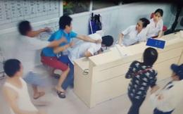 Hà Nội: 2 đối tượng hành hung, bắt bác sĩ quỳ xin lỗi tại bệnh viện