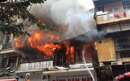 Hà Nội: Hai ngôi nhà trên phố cổ Bát Đàn cháy dữ dội, 1 người tử vong