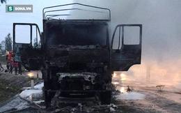 Xe tải chở bàn ghế cháy rụi lúc rạng sáng