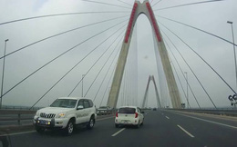 Hà Nội: Xác minh 5 ô tô nối đuôi nhau đi ngược chiều trên cầu Nhật Tân