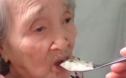 Clip cháu trai dỗ, bón cho bà ngoại ăn cơm khiến bao trái tim tan chảy