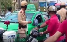 Bị kiểm tra, tài xế taxi giấu dao trong tờ báo bất ngờ đâm công an