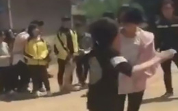 Bị đánh tập thể giữa sân trường, nữ sinh chỉ biết cúi đầu chịu đòn
