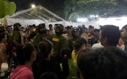 Khán giả nhào lên sân khấu giật micro, ban tổ chức ngắt điện rồi bỏ chạy