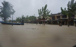 [ẢNH + VIDEO] Sau bão, lũ ngập khắp các tỉnh miền Trung, nhiều khu vực bị chia cắt