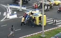 Hàng chục người nâng xe taxi gặp nạn, tài xế may mắn thoát chết