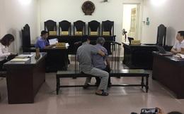 Con trai dìu bố 79 tuổi đến tòa xét xử tội hiếp dâm cháu bé 3 tuổi
