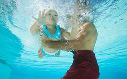 Bí quyết của ông bố dạy bơi cho 4 con nhỏ: Không nên sử dụng áo phao