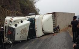 Xe container lật nghiêng đè trúng xe máy khiến 2 người tử vong