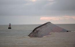 Boong tàu lật úp khá tối và nước đục, gây khó khăn cho thợ lặn tìm kiếm người