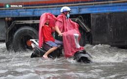 """Người Sài Gòn """"bơi"""" trong nước về nhà sau trận mưa lớn"""