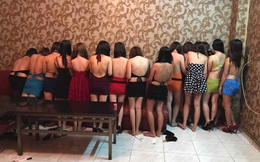 Hàng chục nữ tiếp viên mặc bikini tiếp khách ở nhà hàng Sài Gòn