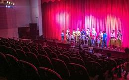Hình ảnh thảm hại tại buổi diễn của sân khấu Minh Béo ngày 1/6: Khi khán giả bức xúc, quay lưng