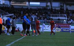 Sân Pleiku gặp sự cố bất ngờ, trận HAGL vs Hải Phòng phải tạm dừng