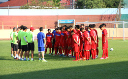 """HLV Hoàng Anh Tuấn """"ngồi trên đống lửa"""" vì chấn thương ở U20 Việt Nam"""