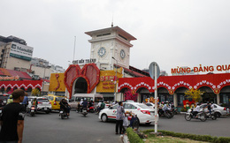 Lại tranh cãi về cách trang trí trái tim đỏ rực ở cổng chính chợ Bến Thành Sài Gòn