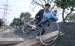 """""""Núi"""" cát, sỏi ngăn dòng phương tiện vượt đại công trường ở Hà Nội"""