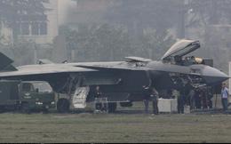 """TQ chính thức đưa tiêm kích tàng hình J-20 vào biên chế: Chấp F-22 và F-35 """"bu bám""""?"""