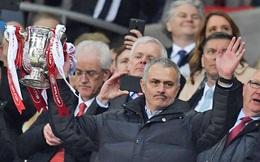 Gương mặt không cảm xúc và một Mourinho đầy lo âu