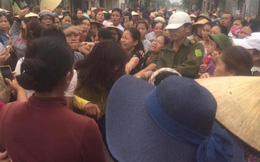 Dân vây người phụ nữ nghi bắt cóc trẻ em, bên trong có khăn tẩm bột màu trắng