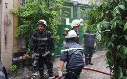 """TP HCM: Cảnh sát """"đội mưa"""" chữa cháy căn nhà nằm sâu trong hẻm"""