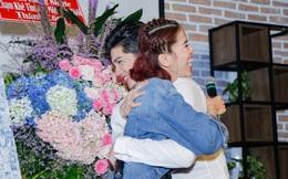 Noo Phước Thịnh được khán giả nữ ôm chặt giữa đám đông