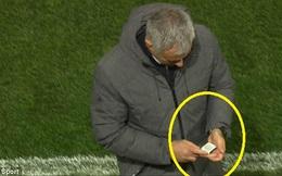 Mảnh giấy bí ẩn và hành động khó hiểu của Mourinho