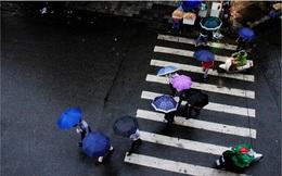 """Khi nào đợt mưa đang khiến đường phố Hà Nội bẩn """"lép nhép"""" kết thúc?"""