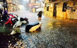 Hà Nội mưa xối xả, nhiều tuyến phố ngập rất sâu