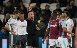 Mike Dean đe dọa cầu thủ West Ham sau khi giúp MU hưởng lợi
