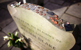 Nếu thấy những đồng xu đặt trên bia mộ, tuyệt đối đừng động vào chúng