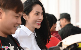 Thủy Tiên rạng rỡ xem đội bóng của Công Vinh thi đấu