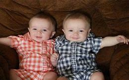 Khó tin nổi cặp bé trai song sinh không được công nhận là anh em ruột
