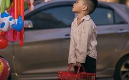 Bức ảnh em bé đánh giày và ước mơ có đồ chơi khiến dân mạng nhói lòng những ngày cận Tết