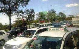 Đường phố Sài Gòn kẹt cứng, hành khách bỏ taxi cuốc bộ vào bến xe