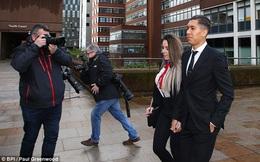 Sao Liverpool dẫn vợ xinh đến hầu tòa
