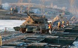 Ông Kim Jong-un trực tiếp chỉ đạo xe tăng vượt sông tập trận