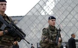 Lính Pháp bắn một người bên ngoài bảo tàng Louvre ở Paris