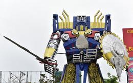 Mô hình robot khổng lồ 300 triệu đứng canh cổng công ty